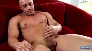 Hot Bodybuilder Jacks his Cock