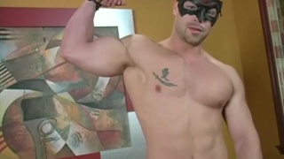 Muscle hunk gets his kit off