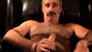 hairy daddy from atlanta jacking off