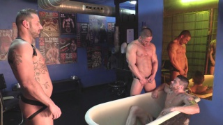 5 spanish men play at hard kinks