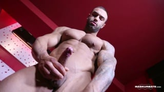 bodybuilder calvin strokes his dick