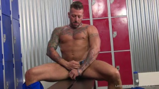 muscle hunk Hugh Hunter jerks off in locker room