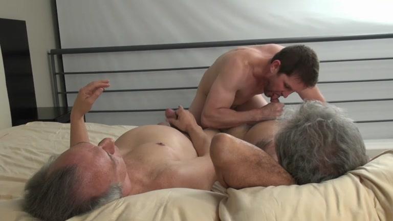 Dirty homosexual men threeway blowing