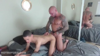 inked muscle daddy fucks a slim twink