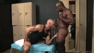 Aaron Trainer fucking Jessie Colter in locker room