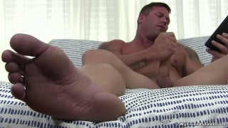 Muscle Hunk Pulls Out his Phone & Bone for a Wank