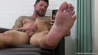 Muscle Hunk Watches Porn & Shows Off his Bare Feet