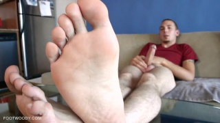 Enzo Mark in Bare Foot Jack Off