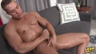 muscle hunk brody stokes his no-so-big cock