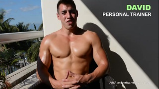 sexu aussie rubs oil on his muscled body