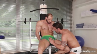 muscle hunk gets his dick serviced in the gym