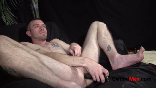 well-hung str8 guy uses dildo on his ass