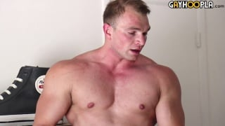 Bodybuilder Dorian James jerks his cock