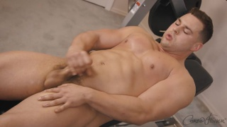 muscle hunk jacks off in the home gym
