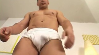 Brazilian muscle stud shows off his bare feet